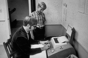 Gates sedang melihat sahabatnya Paul Allen, yang juga pendiri Microsoft Corp, sedang mengetik dengan teletype di Lake Side School Seattle 1968